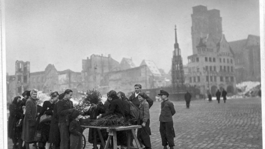 Ärmlich ging es beim Christkindlesmarkt 1947 inmitten von Ruinen zu: Die Bürger kauften Tannenzweige für Weihnachten.