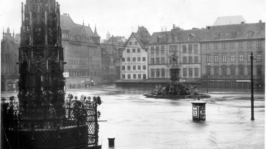 Beim Hochwasser 1909 war der Hauptmarkt überflutet. Nur noch der Schöne Brunnen, Neptunbrunnen und eine Litfaßsäule ragten aus dem Wasser heraus.