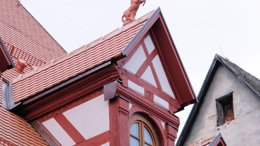 Das Erdgeschoss und das erste Stockwerk des dreigeschossigen Sandsteinquaderbaus stammen wohl noch aus dem 16. Jahrhundert. Eine dendrochronologische Untersuchung datiert den restlichen Bau auf 1646. Das äußere Erscheinungsbild hat mehrere Veränderungen erfahren und dürfte im Wesentlichen auf das 19. Jahrhundert zurückgehen. Als die Eigentümerfamilie das Dachgeschoss ausbauen wollte, stellte sie fest, dass der Dachstuhl einsturzgefährdet war. Zwischen 2013 und 2015 wurden Dachstuhl und Fassade umfassend saniert. Die Maßnahme habe das Familienerbe für zukünftige Generationen gesichert und dem Stadtbild von Altdorf ein prägendes Denkmal erhalten, begründet der Kreis Mittelfranken seine Wahl.