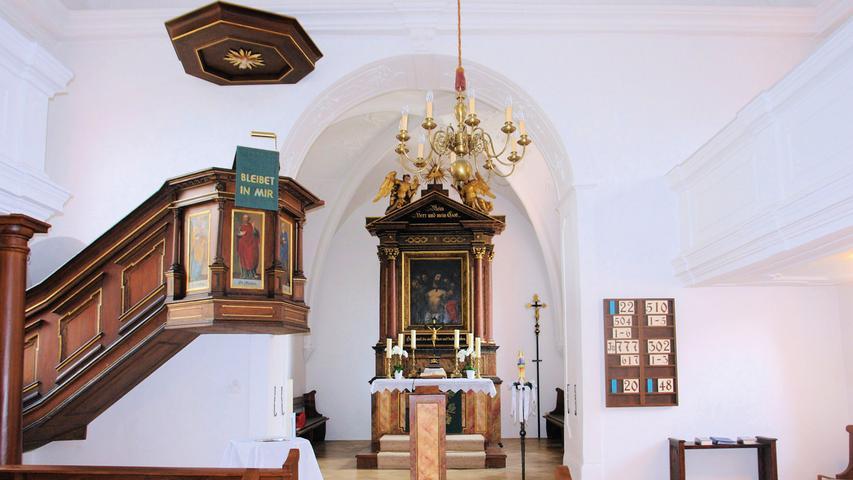 Darauf, dass St. Thomas in Altensittenbach bis ins Mittelalter zurückreicht, weist schon seine Bauform als Chorturmkirche hin. Dieser ab ca. 1100 aufgekommene, einfache Bautyp gilt in Franken als der vorherrschende bei Dorfkirchen. Die bestehende Chorturmkirche in Altensittenbach wurde im ersten Viertel des 15. Jahrhunderts wohl über einem älteren Vorgängerbau errichtet und anschließend immer wieder verändert. So wurde sie etwa nach Kriegsschaden 1553 umfassend erneuert und im 18. Jahrhundert im Inneren barockisiert. In den letzten Jahren hat die Kirche viel Aufmerksamkeit erfahren. 2009 wurde ihr damals statisch schwer beschädigter Turm ertüchtigt und 2015 konnte die seit 2011 andauernde Sanierung des Langhauses abgeschlossen werden. Restauratorische Erkenntnisse waren auch der Grund für die Neufassung des Innenraums in einer für die Barockzeit ungewöhnlichen, monochromen Weißfassung, die die vorhandene Stuck-Ornamentierung nun fein in Erscheinung treten lässt. Die Reparatur und Überarbeitung sämtlicher Holzteile sorgt jetzt für einen harmonischen Eindruck im Inneren: Stützen und Sitzbänke wurden von ihren Anstrichen befreit und bilden mit ihrem warmem, einheitlichen Holzfarbton – gemeinsam mit Altar und Kanzel – einen angenehmen Kontrast zur hellen Innenhaut. Neue handgeschmiedete Eisenbewehrungen und Treppenhandläufe passen sich dem zurückhaltenden Stil des Gotteshauses perfekt an. Die Kirchengemeinde hat die Maßnahme interessiert begleitet und nach Kräften unterstützt, sei es durch Hilfsleistungen oder durch Spenden. Als bleibendes Zeichen für dieses Engagement vermerken kleine Metalltäfelchen im Dachstuhl die Namen der Unterstützer und erinnern so dauerhaft an eine gelungene und zukunftsweisende Maßnahme.