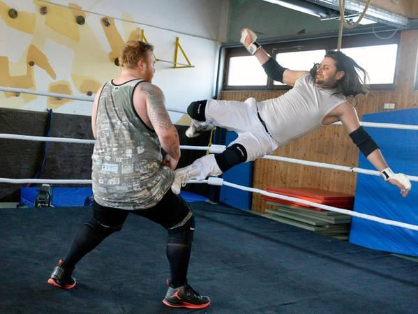 Erlangen: Wrestler Angelo Nero plant ein Comeback und trainiert mit Kumpels beim ATSV Erlangen. Foto: Johannes und Angelo. 29.01.2017. Foto: Harald Sippel