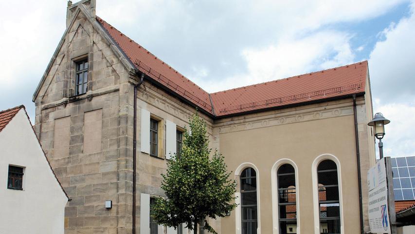 Vermutlich schon seit dem frühen 16. Jahrhundert gab es in Ottensoos eine kleine jüdische Gemeinde, die sich 1686 eine erste Synagoge erbaute. Nachdem diese 1871 abgebrannt war, errichtete man ein Jahr später ein neues, zweigeschossiges Sandsteingebäude, in dessen beiden, im 90-Grad-Winkel zueinanderstehenden Flügeln neben Synagoge auch Schule, Lehrerwohnung und Mikwe untergebracht waren. 1939 wurde die Synagoge geschändet und das Innere vollständig zerstört. 1939 wurden die letzten Juden aus Ottensoos vertrieben. Den leerstehenden Synagogenbau hat die Gemeinde 1952 von der Jewish Restitution Company erworben und ihn anschließend vielfältig genutzt. Flüchtlinge, Kindergarten oder Gemeindewohnungen etwa waren hier untergebracht. In diesen Jahren wurde das Bauwerk wiederholt zweckdienlich und tiefgreifend verändert. Ab 1996 stand das Denkmal erneut leer und sein Zustand verschlechterte sich weiter: die Wände wiesen Gründungsmängel und Risse auf, die Mauern waren durchfeuchtet, die Böden verfault und der Dachstuhl von Schädlingen befallen und einsturzgefährdet. Von 2010 bis 2015 sanierte die Gemeinde Ottensoos das Gebäude umfassend und richtete es als Veranstaltungsraum ein. Dabei wurde der Betsaal wiederhergestellt, dessen ursprüngliche, über zwei Stockwerke reichende Fenster rekonstruiert wurden und der ehemaligen Synagoge nun wieder ein fast bauzeitliches Aussehen verleihen. So machte die Gemeinde ihre jüdische Vergangenheit wieder sichtbar. Mit einem abwechslungsreichen Veranstaltungsprogramm setzen sich ein eigens gegründeter Freundeskreis und die örtliche Volkshochschule für eine würdige Nutzung des Bauwerks ein.