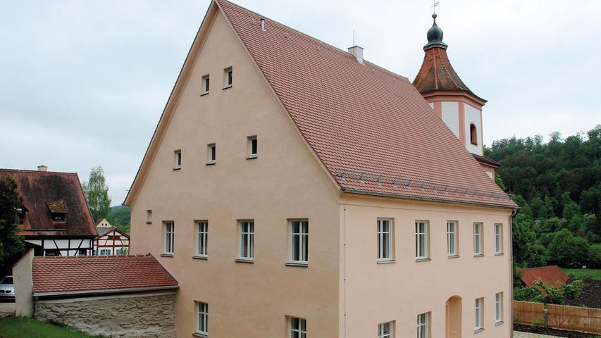 Bei dem  ehemaligen Pfarrhaus von Heimbach bei Greding handelt es sich um ein herausragendes barockzeitliches Baudenkmal, datiert auf 1701. Das Haus war zuletzt unbewohnt und deshalb sehr heruntergekommen. Die statisch-konstruktiven Schäden waren immens, das Tragwerk nur noch eingeschränkt standsicher. Feuchteschäden am Dach, Risse im Mauerwerk, Setzungen an tragenden Konstruktionen waren nur eine Auswahl des weitreichenden Schadensbildes. Bei einer Renovierung 1965 hatte man zudem deutliche Änderungen vorgenommen, die bei der aktuellen Maßnahme 2014/15 rückgebaut wurden. Die erfolgreiche Sanierung der Dachkonstruktion und des Mauerwerks des Hauptgebäudes gestaltete sich sehr aufwendig. Der gerade im Inneren reichlich überlieferte Bestand wie  Stuckdecken, Bohlenbalken- und Stuckdecken sowie Kalkputze, die durchfeuchtet und teils verschimmelt waren, wurde mit den passenden Materialien aufgearbeitet. Historisch passende Fenster wurden eingesetzt, wodurch die Gesamtwirkung der neu verputzten Fassade zusätzlich gewonnen hat.