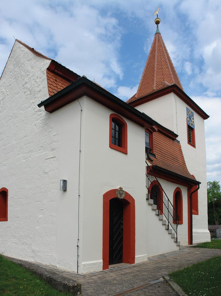 Die von einer Kirchhofmauer eingefasste Chorturmanlage in Kottensdorf bei Rohr stammt aus der Zeit um 1400. Der gedrungene, von einem Spitzhelm bekrönte Turm ist inschriftlich auf 1494 datiert. Bei einem Umbau 1731 bis 1738 wurde der verputzte Sandsteinquaderbau barock überformt, dabei das Kirchenschiff verlängert und mit einem Mansarddach versehen.  Nachdem die letzte Sanierung bereits eine Generation zurücklag, blätterte der Putz an verschiedenen Stellen ab, Oberflächen waren verwittert und die ursprünglich leuchtenden Farben verwaschen. Statt nur die nötigsten Arbeiten auszuführen, entschied sich die kleine Kirchengemeinde für eine nachhaltige Renovierung des Außenbaus, bevor weitere Schäden die Situation verschlimmert hätten.  Zahlreiche Arbeiten wurden in  Eigenleistung durch die Gemeindemitglieder ausgeführt.  Den Sockel hat man gegen aufsteigende Feuchtigkeit abgedichtet . Risse in der Fassade konnten vernadelt und verpresst werden, Fehl- und Schadstellen im Putz wurden behoben. Am Dach wurden Ziegel wieder fest verlegt. Weitere Bauelemente wie die Stufen der Treppe und das Geländer sind erneuert, Fenster restauriert und die Außenlampen durch passendere Bleiglasleuchten ausgetauscht worden.