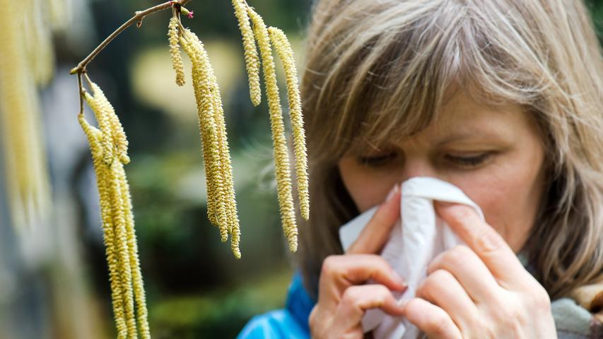 Vor allem bei Grippe, Erkältung und Heuschnupfen steigt der Taschentuchkonsum exponentiell an, doch auch im Herbst und Winter läuft das Näschen immer öfter. Herkömmliche Papiertaschentücher sind meist aufwendig in Plastik verpackt. Als Alternative bieten sich Taschentücher aus Stoff an, die man nach dem Waschen immer wieder verwenden kann. Diese sehen nicht nur edler aus, sondern sparen eine ganze Menge Müll ein.