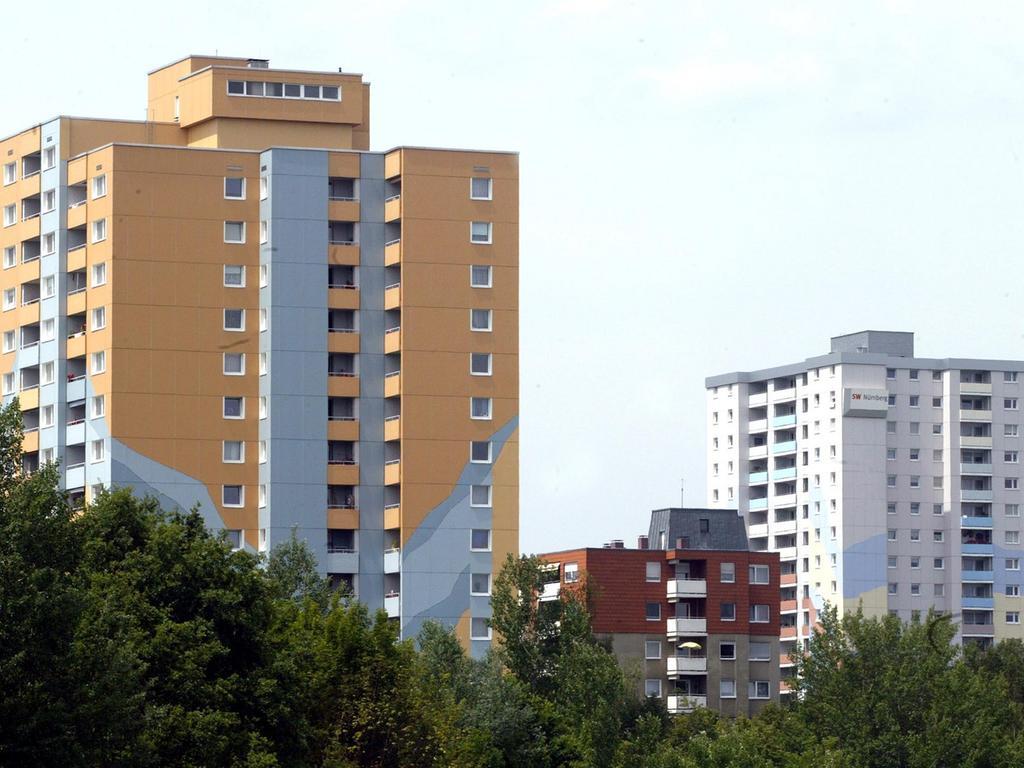 Foto Roland Fengler Bunte Häuser - immer mehr farbige Fassaden in Nürnberg - hier Hochhaus in Röthenbach bei Schweinau 09.06.2006 Außenansicht - Wohnung - Hochhaus - Fassaden