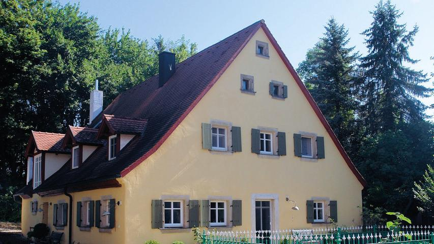 Die ehemalige Mühle in Störzelbach gehört zu einem Dreiseithof, der für den Ort einen städtebaulichen Schwerpunkt bildet. Bei einer Nutzung über Jahrhunderte hinweg bleiben Veränderungen nicht aus. So wurde der Bau um 1850 den damaligen Ansprüchen angepasst und ebenso in den 1970er Jahren renoviert. Zuletzt war das Haus kaum mehr bewohnbar und musste dringend renoviert werden. Das haben die Eigentümer von 2007 bis 2016 fast ausschließlich in Eigenleistung geschultert. Am originalen Dachstuhl musste nichts verändert werden und auch die um 1970 erfolgte Eindeckung mit Biberschwanzziegeln blieb bestehen. Allerdings verputzte man das Kalkbruchsteinmauerwerk außen neu, bevor denkmalgerechte Holzfenster mit passenden Läden verbaut wurden und die Fassade einen frischen Anstrich erhielt. Die größte Arbeitsleistung steckt aber im Gebäude. Hier hat man nachträglich eingezogene Wände entfernt. Im ganzen Haus sind die Balken aufgearbeitet, teilweise freigelegt und neu gestrichen worden. Sämtliche Türstöcke hat man ebenfalls restauriert und um passende alte Türen sowie um historische Beschläge ergänzt.