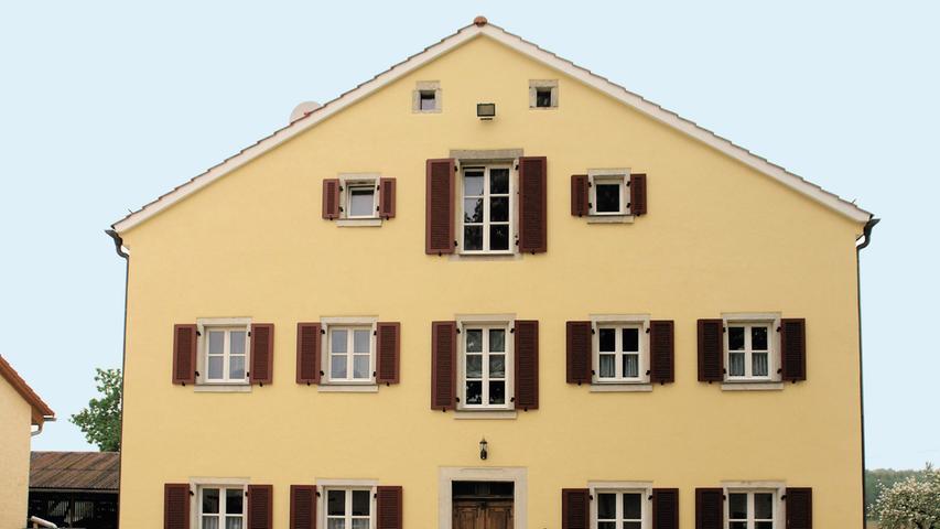 Die Geschichte des einsam auf der wasserarmen Jura-Hochebene gelegenen Heunischhofs reicht mindestens bis in die Mitte des 14. Jahrhunderts zurück. Um die Mitte des 18. Jahrhunderts hat ein Bauer den Heunischhof mitsamt seiner Weiderechte vom Ansbacher Markgrafen erworben und das Areal in zwei Hälften geteilt. Zur östlichen Hofstelle gehörte bis zur Mitte des 19. Jahrhunderts ein kleines Wohnhaus, das 1858 von einem deutlich größeren Jurahaus ersetzt wurde. Seit 1980 etwa stand das Gebäude leer, es wurden aber regelmäßig Reparaturen durchgeführt. Um Wohnraum für die jüngere Generation am Hof zu schaffen, hat über drei Jahre hinweg  die gesamte Familie zusammengeholfen, um unter anderem den Dachstuhl zu reparieren, die Sparren zu erneuern sowie das Dach neu einzudecken. Gemeinsam wurden außerdem die Außenwände statisch instandgesetzt, ein neuer Kalkputz aufgetragen sowie Tür- und Fensterstöcke repariert.   Die moderne Haustechnik, Fußbodenheizung und Außenwandtemperierung, wurde denkmalschonend eingepasst. Sorgfältig haben die Eigentümer den reich überlieferten Bestand an Türen, Türstöcken oder Lehmputzen aufgearbeitet sowie das alte Küchengewölbe und die Kellertreppe instandgesetzt.