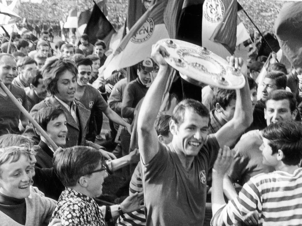 Motiv: 1. FCN - Deutsche Meisterschaft 1968 - 1960er Jahre  Fußball - Nürnberg, Georg Volkert hält die Meisterschale hoch; Fans jubeln. NN v. 22.3.1969: Kann dem Club noch geholfen werden? Nach den letzten Niederlagen ist die Situation des 1. FC Nürnberg nahezu aussichtslos. Ein großer Tag für Nürnberg: der 1. FCN erringt die Meisterschaft. Jetzt sind, da der Club um den Abstieg bangen muß, alle diese stolzzen Tage vergessen. Foto: Kammler?