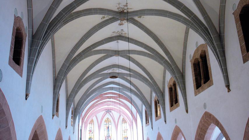 Bislang ging die Forschung davon aus, dass mittelalterliche Kirchen innen bunt ausgemalt waren. Die bei der Sanierung der Schwabacher Stadtpfarrkirche erlangten Befunde zur historischen Raumfarbigkeit sind entsprechend revolutionär: Sowohl Wandflächen als auch Fenstermaßwerke von St. Johannes und Martin waren einst monochrom weiß gefasst – ein in Bayern bislang einzigartiges Ergebnis. Der stadtbildprägende Sandsteinquaderbau mit Steilsatteldach, Strebepfeilern, spitzhelmigem Turm und eingezogenem Chor wurde in der ersten Hälfte des 15. Jahrhunderts emporgezogen.  Holzknappheit war wohl der Grund, weshalb schon vor 500 Jahren aus dem Dachstuhl der Kirche einige Balken entfernt worden waren. Über die Jahrhunderte hatte die Querlast derart auf die Konstruktion eingewirkt, dass die westliche Giebelwand über dem Portaleingang wegzurutschen drohte – und das, nachdem das Dach der Kirche erst wenige Jahre zuvor neu eingedeckt worden war. Bei der Generalsanierung wurden die Tragwerke ertüchtigt und der Bau nochmals neu eingedeckt. Ebenso hat man den Südwestturm und die Sandsteinfassade instandgesetzt. Schäden zeigten sich auch an den Kreuzrippengewölben, wo der Kalkputz abbröckelte. Um den Gewölbedruck zu minimieren, saugte man meterhoch liegenden Dreck und Staub von den Gewölbedecken und verputzte diese anschließend neu. Außerdem wurden alle Ausstattungsstücke und liturgischen Geräte gereinigt.