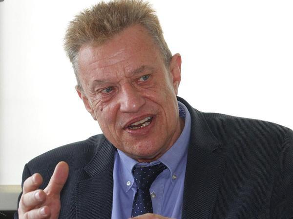Michael Lackner wurde 1953 in Bamberg geboren und studierte in Heidelberg und München Sinologie, Ethnologie und Politikwissenschaft. Nach verschiedenen Lehrtätigkeiten im Ausland, ist er seit dem Jahr 2000 Lehrstuhlinhaber der Sinologie (China-Kunde) an der Friedrich-Alexander-Universität Erlangen-Nürnberg. Er ist verheiratet mit Yan Xu-Lackner, der Gründungsdirektorin des deutsch-chinesischen Konfuzius-Institutes Erlangen-Nürnberg.