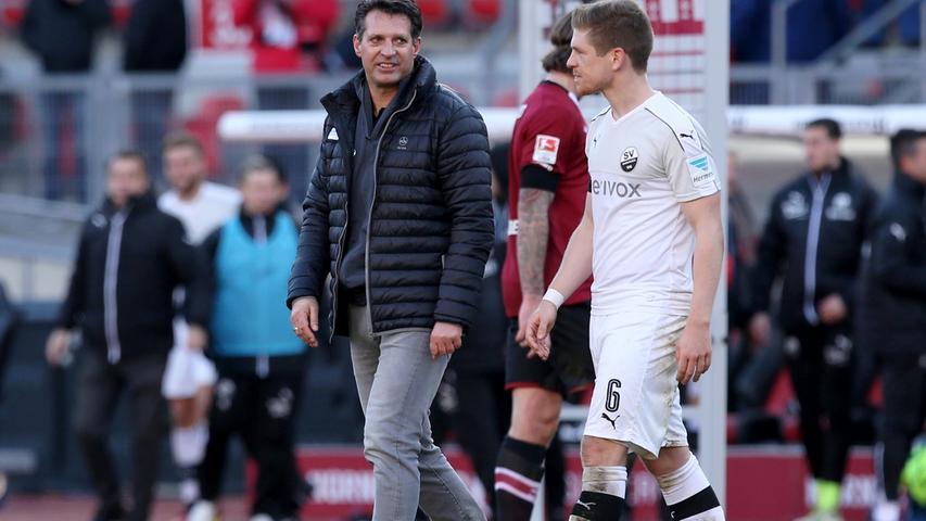 Es folgen zwei schwächere Auftritte. In Stuttgart sieht erkennt der neutrale Beobachter einen deutlichen Qualitätsunterschied zum VfB, der mit 3:1 vom Platz geht. Und, noch deutlich ärgerlicher: auch gegen Sandhausen hieß es am Ende 1:3 - obwohl der SVS über 45 Minuten lang in Unterzahl spielte. Die Stimmung begann zu kippen.