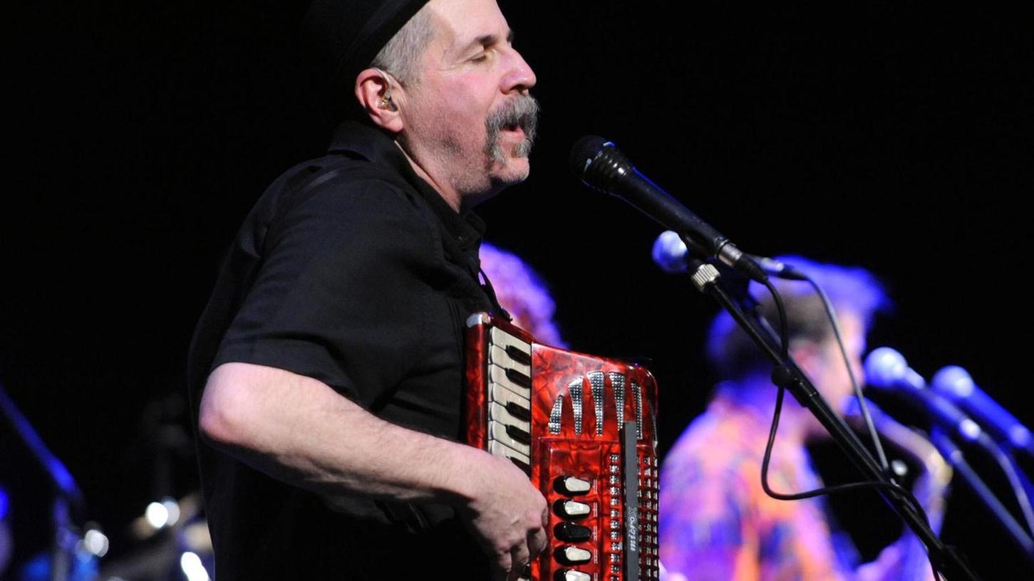 Akkordeonist und Sänger Lorin Sklamberg gibt bei den Klezmatics aus New York die Richtung vor. Am Sonntagabend spielt das Sextett im Kulturforum auf.