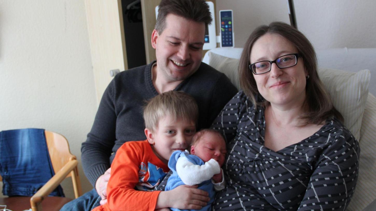Nach der Sturzgeburt in der Arztpraxis sind Mama und ihr Jüngster jetzt in der Kreisklinik untergebracht, und die Familie ist gesund und glücklich vereint.