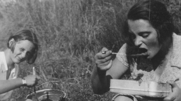 In Israel gehörte sie zu den bekannten deutschen Jüdinnen, in Fürth kennen nur wenige ihren Namen: Mit ihrem Mann Georg war Senta Josephthal (links im Bild)maßgeblich am Aufbau des Staates Israel beteiligt. Geboren wurde Senta Punfud 1912 in der Nürnberger Straße 100 als Tochter eines Fahrradfabrikanten. Die Schulbank drückte sie auf dem Mädchenlyzeum in der Tannenstraße, später studierte sie Jura. Ihren Mann lernte sie in Nürnberg kennen, beide engagierten sich in der jüdischen Jugendbewegung und organisierten ab 1936 die Ausreise von Juden nach Palästina. 1938 kam das Ehepaar selbst nach Palästina, 1945 gründete es mit anderen den Kibbuz Gal-Ed nur mit Mitgliedern der deutschen zionistischen Jugendbewegung. Als Knessetmitglied reiste sie 1956 nach Frankfurt, wo über die Entschädigungszahlungen an Holocaust-Opfer verhandelt wurde. 1956 trat Senta Josephthal aus der Knesset aus. Sie arbeitete Jahrzehnte in der Gewerkschaftsbewegung, wo sie sich um Neueinwanderer kümmerte. Mitte der 70er Jahre wurde sie wieder in die Knesset gewählt. Ministerpräsidentin Golda Meir schätzte sie als eine, die