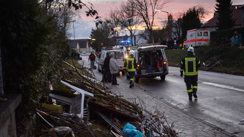 Feuerwehrleute und Anwohner räumen am 09.03.17 in Kürnach (Bayern) einem Wohngebiet die Schäden auf, die am späten Nachmittag eine Windhose angerichtet hatte. Um die 20 Häuser und Lauben waren durch den Sturm zu Schaden gekommen. Verletzt wurde niemand. Der Tornado hatte sich am späten Nachmittag zeitlich und räumlich eng begrenzt innerhalb einer Gewitterzelle entwickelt. Die Schadenshöhe war zunächst nicht zu beziffern.(zu dpa «Tornado über Unterfranken - Unwetterwarnung für mehrere Landkreise» vom 09.03.2017 - Die Personen wurden aus persönlichkeitsrechtlichen Gründen gepixelt.) Foto: Daniel Peter/www.danielpeter.net/dpa +++(c) dpa - Bildfunk+++