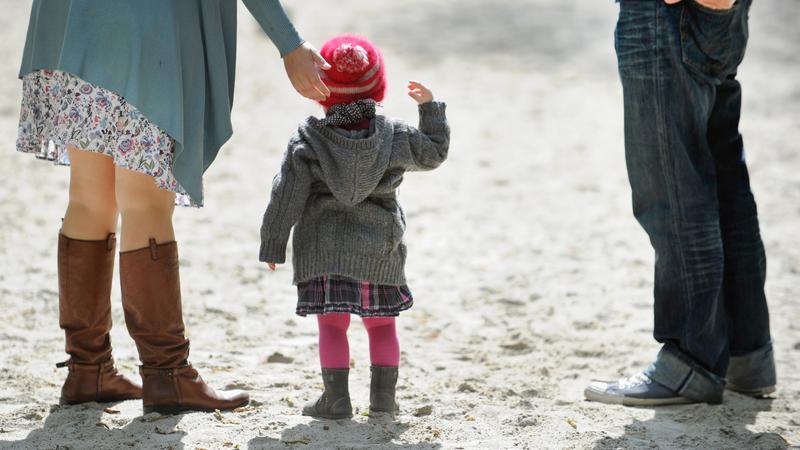 Die Bereitschaft, fremde Kinder im eigenen Haushalt aufzunehmen, geht in Deutschland zunehmend zurück. Grund dafür ist auch die Rechtslage homosexueller Paare