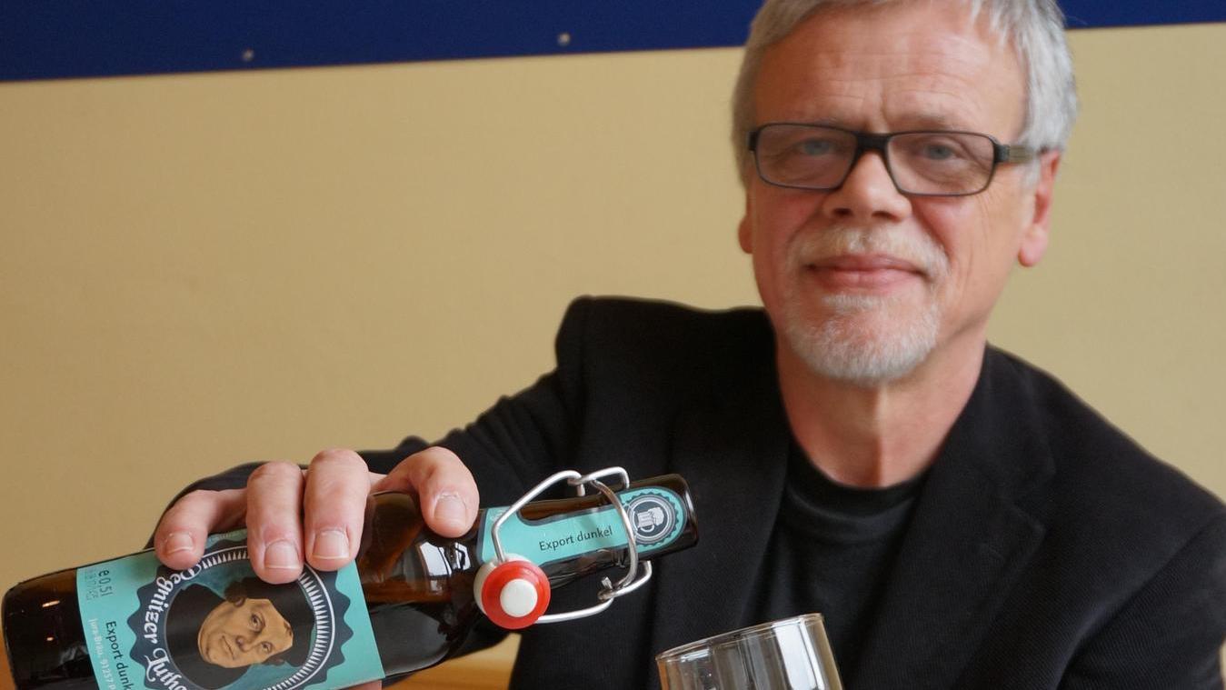 Hat ganz gut eingeschlagen: Das Pegnitzer Lutherbier. Dekan Gerhard Schoenauer schenkt sich ein Glas ein.