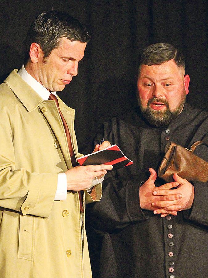 Im Trenchcoat auf der Suche nach der Wahrheit: Der Kommisssar (Dirk Lina, links) vernimmt den dorfgeistlichen Abbé Maximin (Dennis Bock).