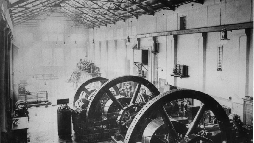 Wie sah es früher im E-Werk aus? Das Stadtlexikon weiß Bescheid: Nachdem man am 5.6.1893 den Bau beschlossen und im Mai 1901 begonnen hatte, konnte das auf der Fuchsenwiese errichtete Elektrizitätswerk am 28.1.1902 eröffnet werden. Die Kosten für die mit Gasmotoren betriebenen Gleichstromgeneratoren zu je 90 kW Leistung sowie das Kabelnetz betrug 500.000 Mark. Noch im selben Jahr machte die starke Nachfrage eine weitere Kraftgasmaschine erforderlich.