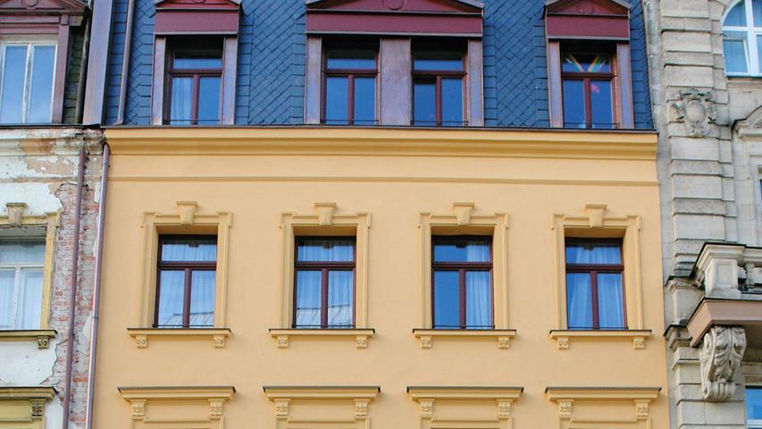 Die Henkestraße wurde Ende des 19. Jahrhunderts als repräsentativer Straßenzug angelegt und ihr erster Teil bis zum Langemarckplatz zeigt einie anspruchsvoll gestaltete, mehrgeschossige Mietshäuser der wilhelminischen Zeit. Das Doppelhaus Nr. 30/32 wurde 1894/95 durch den Architekten Casimir Böhner konzipiert und zeichnet sich durch ihre in neobarocken Formen architektonisch gegliederten Fassaden aus. Wegen der starken Verkehrsbelastung der Straße wurde das Doppelhaus lange vernachlässigt. Nun wurde Haus Nr. 30 grundlegend und denkmalgerecht saniert...