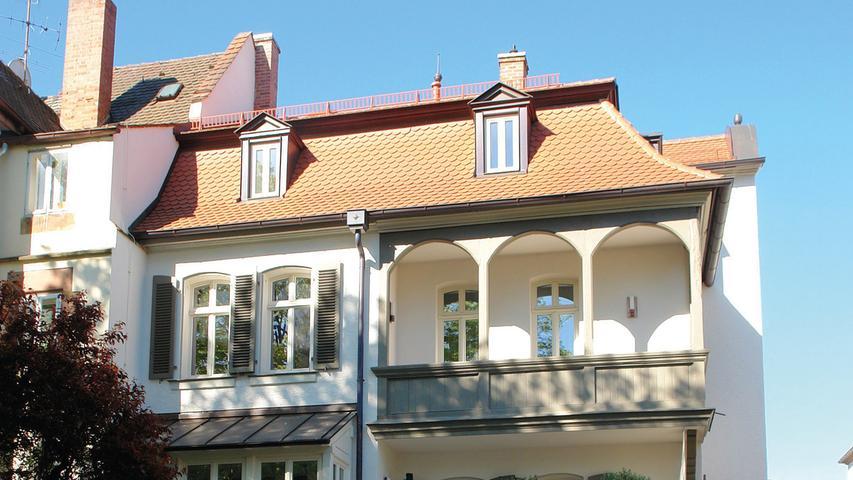 Die Lutzstraße im 1899 eingemeindeten Nürnberger Stadtteil Schoppershof ist geprägt von Vorstadtvillen aus der Zeit um 1900. Wie die meisten der Häuser der unmittelbaren Umgebung ist das historische Wohnhaus Nr. 6 als Doppelhaus angelegt. Der Massivbau wurde 1899/1901 im späthistoristischen Stil errichtet, der sich noch an weiteren der individuell gestalteten Bauten der Straße wiederfindet. Die Doppelhaushälfte war beim Erwerb durch die jetzigen Eigentümer sehr renovierungsbedürftig. Nicht fachgerechte Ein- und Anbauten hatten zu bauphysikalischen Schäden geführt, außerdem ruinierte ein katastrophaler Wasserrohrbruch im Obergeschoss einige originale Decken. Die Eigentümer beschlossen, das bauzeitliche Aussehen des Gebäudes anhand von Fotovorlagen und Bauplänen zu rekonstruieren, anstatt das Haus abzureißen. So wurde die Dachkonstruktion ertüchtigt, das Dach neu gedeckt und Gauben nach altem Plan rekonstruiert. Die gartenseitigen Anbauten hat man durch zum Bestand passendere ausgetauscht bzw. die erhaltenswerte Bausubstanz repariert. Zugunsten denkmalgerechter Holzfenster wurden die Fenster gewechselt und mit Läden ergänzt. Die Fassade wurde saniert und neu gefasst. Auch der auffällige Baudekor über dem Eingang konnte rekonstruiert werden. Mit gleicher Sorgfalt wurden alle noch erhaltenen Elemente im Inneren - soweit möglich - aufgearbeitet.