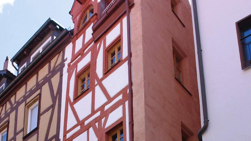 Das ehemalige Handwerkerhäuschen mitten in der Altstadt, das bis ins späte 20. Jahrhundert noch als solches genutzt wurde, ist 1418 als Ständerkonstruktion errichtet worden. Damit gilt es als eines der ältesten Fachwerkhäuser der Stadt. Das extrem schmale, viergeschossige Bauwerk hat auf der Westseite nur zwei Fensterachsen und erstreckt sich entlang eines engen Durchgangs zwischen Oberer und Unterer Wörthstraße. In der Barockzeit wurde u. a. seine Westseite versteinert. An der Nordseite erhielt es ein Sandsteinuntergeschoss und 1895 wurde seiner Südseite eine reichdekorierte, historistische Sandsteinfassade mit dreigeschossigem Erker vorgeblendet. Der Grundriss ist weitgehend ungestört geblieben und Fachwerkwände, Treppen, Lamberien oder Türen waren noch aus Mittelalter und Barockzeit überliefert. Nach eingehenden Vorüberlegungen, mit einem extrem hohen Grad an Eigenleistung und großem handwerklichen Geschick hat die Eigentümerin über fünf Jahre hinweg ihr Haus saniert, um hier selbst einziehen zu können. Zunächst hat sie spätere Einbauten weggenommen und Böden und Wände bis auf ihre bauzeitliche Struktur freigelegt. Mittelalterliche Bauteile wie Treppe oder Fachwerk hat sie äußerst substanzschonend reparieren lassen. Wände, Böden, Putze und Lehmgefache hat sie wieder aufgebaut sowie die barocken Oberflächen zurückhaltend überarbeitet. Sogar an die Fachwerkfassade hat die Eigentümerin selbst Hand gelegt. Die neuen Holzfenster passen perfekt zum jeweiligen Zeitstil der Fassadenseite. An der fachwerksichtigen Nordseite wurde ein Werkstattfenster rekonstruiert, auf der versteinerten Südseite elegante Holzfenster eingefügt. Zum Einsatz kamen nur denkmalgerechte Materialien, etwa Kalkputze oder dämmende Typhaplatten. Im Inneren hat die Eigentümerin Einschränkungen durch kleine Flächen und schmale Treppen auf sich genommen und das Gebäude gering möbliert sowie lediglich ein kleines Bad im Obergeschoss in Kauf genommen.