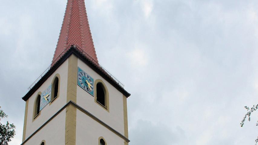 Weitgehend unbeachtet versteckt sich in der evangelisch-lutherischen Pfarrkirche in Geißlingen bei Ickelsheim ein umfangreicher Bestand mittelalterlicher Wandmalerei, der erst in den 1970er Jahren wiederentdeckt und freigelegt wurde. Zusätzlich birgt die spätmittelalterliche Chorturmkirche, die im 16./ 17. Jahrhundert umgebaut wurde, einen auf 1624 inschriftlich datierten Altar von Georg Brenck d. J., wahrscheinlich entstanden unter Beteiligung seines Vaters Georg Brenck d. Ä. Die bekannte Bildschnitzerfamilie stattete während des Dreißigjährigen Krieges einige Kirchen des mittel- und unterfränkischen Raums mit Altären, Kanzeln, Epitaphien und Taufsteinen aus. Auslöser für die durchgeführte Sanierung war die starke Verschmutzung durch Ruß, Staub und Schimmel im gesamten Innenraum. Bei einer eingehenden Untersuchung wurde deutlich, dass auch die Schäden am Dach sowie der desolate Zustand der Treppen und Böden des Turms dringenden Handlungsbedarf erforderten. Das umfangreiche Schadensbild reichte vom Sockel des Chorturms und der daran anschließenden, durchfeuchteten Sakristei bis hin zum Glockenstuhl mit dem korrodierten Uhrwerk. Außerdem hatte ein Blitzschlag 2013 die hohe Turmspitze, die Elektrik und die Sandsteinfassade beschädigt. In Abstimmung mit den Behörden wurde ein Konzept für die Sanierung erarbeitet, die mit Dach und Turm begann, anschließend an der Fassade und im Innenraum fortgeführt wurde.