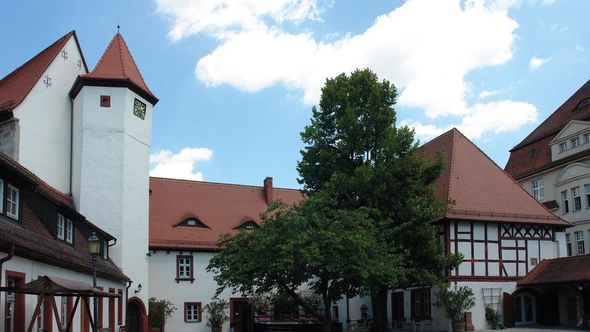 Markgraf Albrecht Achilles (1414–1486) ließ das Alte oder Innere Schloss in Neustadt an der Aisch bauen, das vor allem als Witwensitz seiner zweiten Frau, Anna von Sachsen (1437–1512), zu einem kulturellen Mittelpunkt der Region wurde. Das ehemalige Wasserschloss an der Nordecke der Stadtbefestigung ist ein in zahlreichen An- und Umbauphasen gewachsener Komplex. Im Wesentlichen setzt sich dieser aus einer zweigeschossige Dreiflügelanlage, einem Torbau und einem bastionsartigen Anbau mit einem Treppenturm zusammen.  Der notwendig gewordene Austausch der Heizungsanlage markierte 2007 den Beginn einer großangelegten Sanierungsmaßnahme, die bis 2016 andauerte. Die hierbei durchgeführten Arbeiten lassen sich in ihrer Vielzahl kaum zusammenfassen, da an etlichen Stellen des baugeschichtlich bemerkenswerten Bestands Schäden zu finden waren.   Insbesondere in der Bastion gestaltete sich die Sanierung aufwendig. Hier war das Dach statisch instabil geworden. Die daraus resultierende Überlastung der Außenwände führte bis ins Erdgeschoss zu Folgeschäden. Nach der Reparatur der Dachkonstruktion konnte eine innovative Lösung zur Entlastung der darunterliegenden Gewölbedecke gefunden werden. Eine Mittelwand wurde mit einem neuen Hängesprengwerk direkt ans Dach gehängt. Spannanker halten die Außenecken zusammen und nehmen die Last des neuen Dachtragwerks auf. Neuzeitliche, auf die unterschiedlichen Nutzungen des Schlosses zurückzuführende Einbauten wurden rückgebaut und der Grundriss bereinigt. Die gebrochenen Stufen der Treppenspindel im Turm wurden mit einem stählernen Korsett fixiert und die Spindel stabilisiert. Zahlreiche Fenster sind, wo es der Erhaltungszustand erlaubte, aufgearbeitet oder nach Vorbild erneuert worden. Im Zuge der Maßnahme hat man an den Wänden der Bastion auch barocke Wandmalereien von etwa 1730 gefunden, die restauriert und freigelegt wurden. Weitere denkmalpflegerisch einwandfreie Maßnahmen standen in Zusammenhang mit der zukünftigen musealen Nutzung.  In