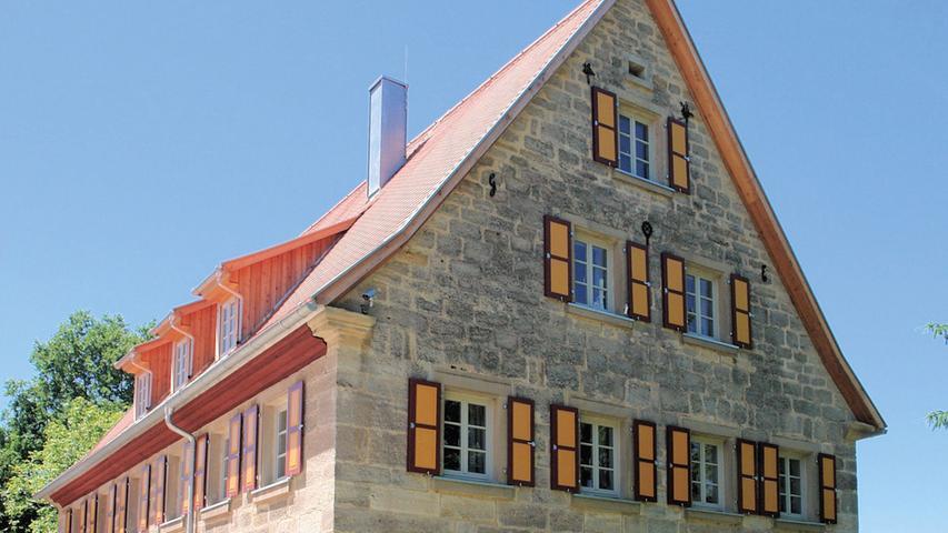 Im 30-Jährigen Krieg wurde Seidelsdorf samt seiner Knorrenmühle abgebrannt, ab 1673 sukzessive wieder aufgebaut. Die wenigen, historisch relevanten Gebäude im Ort entstammen daher dem 18. und 19. Jahrhundert. Auf das erste Viertel des 19. Jahrhunderts ist die ehemalige Wassermühle datiert, wobei ihr gewölbter Erdkeller und das Fundamentmauerwerk wahrscheinlich noch aus der Vorkriegszeit stammen. Kleinere Umbauten des zweigeschossigen, unverputzten Sandsteinbaus mit Satteldach betreffen vornehmlich das Innenleben. In den 1960er Jahren wurde der Mühlenbetrieb eingestellt. Die Knorrenmühle stand leer, bis ihre jetzigen Eigentümer sie erwarben und 2015 eine Gesamtsanierung durchführten.  Da eine Mühle wegen der andauernden Erschütterungen stärker beansprucht wird als andere Gebäude, wurde schon zur Bauzeit darauf geachtet, kräftige Balken zu verwenden. Insofern wies das Objekt keine statischen Mängel auf. Selbst der Dachstuhl befand sich in gutem Zustand. Am Außenbau wurden lediglich Reparaturarbeiten an der Sandsteinfassade vorgenommen und das Dach mit Biberschwanzziegeln neu eingedeckt. Die in die Jahre gekommenen Fenster sind sprossengeteilten Holzfenstern gewichen, für die alte Beschläge wiederverwendet wurden. Als Zugeständnis an moderne Wohnansprüche sind die Dachflächenfenster zu werten. An der rückseitigen Westfassade hat man außerdem zwei Fenster zu Terrassentüren erweitert, denn das Flachdach des ehemaligen Mühlradanbaus dient jetzt als Terrasse.  Im Inneren konnte das ursprüngliche Raumgefüge wiederhergestellt werden, nachdem man nachträgliche Einbauten entfernt hatte. Das gesamte Fachwerk im Erdgeschoss wurde freigelegt und aufgearbeitet. Die Deckenverbretterung in der ehemaligen Mühlentenne besteht aus zweitverwendetem Holz. Die Türen des Hauses wurden zimmermannsmäßig repariert.  Hoch anzurechnen ist den Eigentümern nicht nur ihr finanzieller Einsatz, sondern auch der physische: ein ganzes Jahr arbeitete das Ehepaar jedes Wochenende in ihrer Mühle. Das Erg