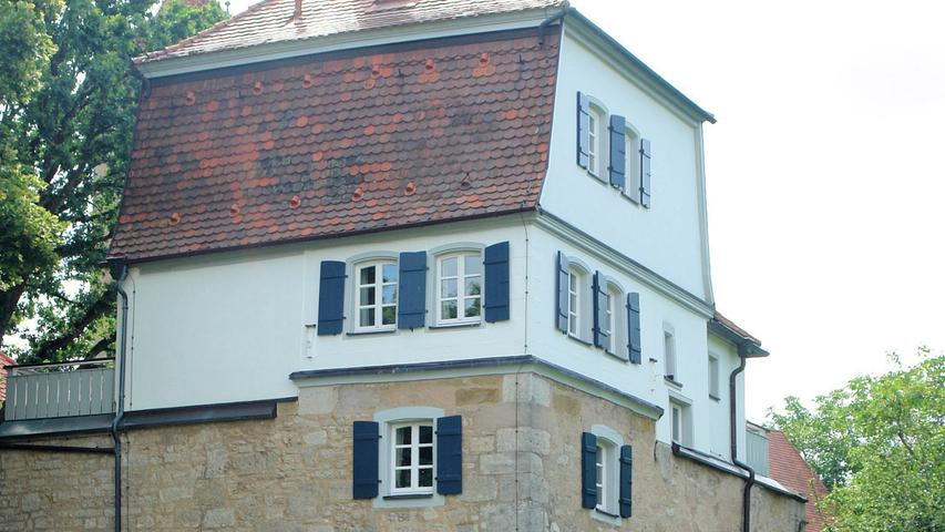 Fenster- und Türgewände sowie sämtliche Klappläden wurden unter Verwendung der alten Beschläge erneuert, Läden, Balkongeländer und Fassade in einem dezenten Farbton neu gefasst. Einzig bei der Haustüre entschieden sich die Eigentümer für ein kräftiges Signalrot. Die Sanierung der sandsteinernen Umfassungsmauer war ebenfalls Teil der Maßnahme. Hervorzuheben ist hier die Aufarbeitung der polychrom gefassten, reich profilierten Natursandsteinplatte am östlichen Außentor. Sie zeigt das reliefierte Wappen der Familie von Keget und stammt aus der späten Barockzeit (dat. 1785). Besonders die umsichtige Restaurierung dieses Wappens verdient besondere Anerkennung, denn derartige Kleinode werden leider allzu oft nur stiefmütterlich behandelt.