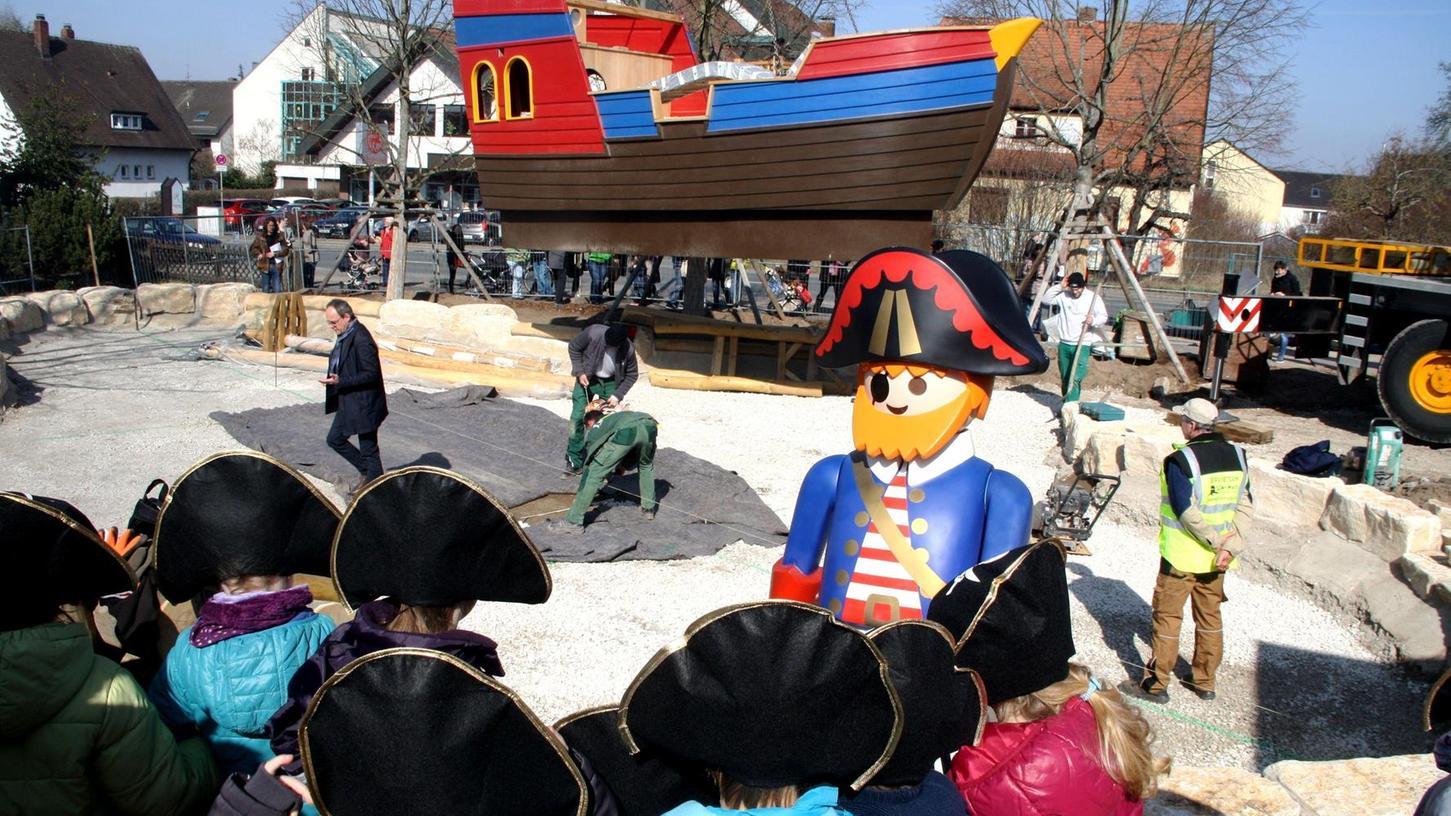 Von einem Kran gehalten schwebt es ein, das Piratenschiff. Die kleinen Piraten im Vordergrund haben sich schon bereit gemacht zum Entern.