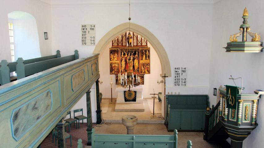 Prägend für den kleinen Ort Kleinweisach ist die evangelisch-lutherische Marienkirche mit ihrem charakteristischen Kirchturm. Die Chorturmanlage zeichnet sich durch ihr fachwerksichtiges, über das Satteldach des Langhauses ragendes Turmobergeschoss mit hohem Spitzhelm aus. Zum Großteil stammt der Bau aus der 2. Hälfte des 15. Jahrhunderts, mit mehreren Aus- und Umbauten vor allem im Laufe des 18. Jahrhunderts, was sich an der Gestaltung des Innenraums deutlicher ablesen lässt. Der qualitätsvolle spätgotische Marienaltar blieb dabei – bis auf wenige Eingriffe während der unterschiedlichen Renovierungsphasen in den verschiedenen Jahrhunderten – erhalten. Im Zeitraum von 2012 bis 2015 sind umfassende Sanierungsmaßnahmen durchgeführt worden, die das Fundament und das Mauerwerk, die Fenster, den gesamten Innenraum mit Altar sowie den Turm betrafen. Bei der aufwendigen Turmsanierung mussten das Fachwerk und die einzelnen Gefache des Obergeschosses gesichert und repariert, durch Schädlings- und Pilzbefall entstandenen Schäden in den Fachwerkelementen behoben sowie die Gesimsverblechungen erneuert werden. Zudem wurde das Mauerwerk drainagiert und mineralisch abgedichtet, um erneuten Feuchtigkeitsschäden vorzubeugen. Im Inneren wurden die Wandflächen neu verputzt und gestrichen. Auch der Marienaltar wurde gereinigt und restauriert. Sensible Umgestaltungen im Altarraum und die Ergänzung durch weitere liturgische Ausstattungsgegenstände ergeben zusammen mit dem vorreformatorischen Altar nun ein wirkungsvolles Ganzes.   Wie sehr das Gebäude im Bewusstsein des Ortes verankert und wie hoch daher das Interesse an der Erhaltung dieses Baudenkmals (und seiner Funktion) ist, zeigen die zahlreichen Spenden, die durch unterschiedlichste Aktionen eingeworben werden konnten, und die nicht selbstverständliche Bereitschaft von vielen Kleinweisachern, an der Renovierung durch Eigenleistung aktiv unterstützend mitzuwirken. Die auf äußerst denkmalgerechtem Niveau und nachhaltig durchgeführte 