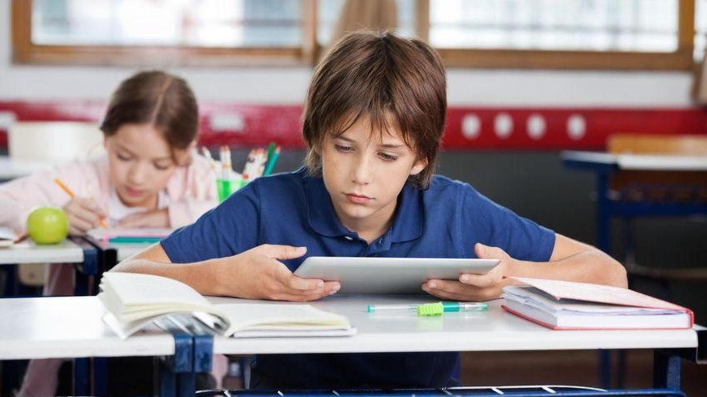 Tablets in der Schule helfen dabei, die Kinder an die digitale Welt heranzuführen - so lautet ein beliebtes Argument der Befürworter von Technik im Klassenzimmer. Hirn-Experte Manfred Spitzer hält das für Unsinn. Er sagt: