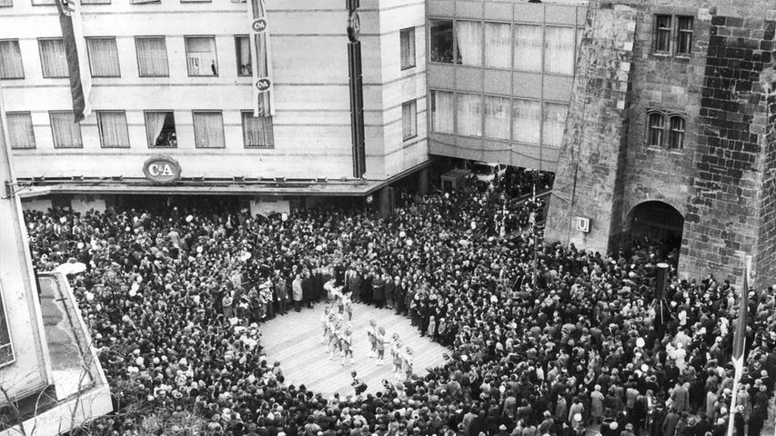 Der Andrang am Weißen Turm zur Eröffnung der U-Bahn-Strecke nach Langwasser ist 1978 enorm. Zur Feier des Tages tanzen Mädchen, das Freibier fließt in Strömen.