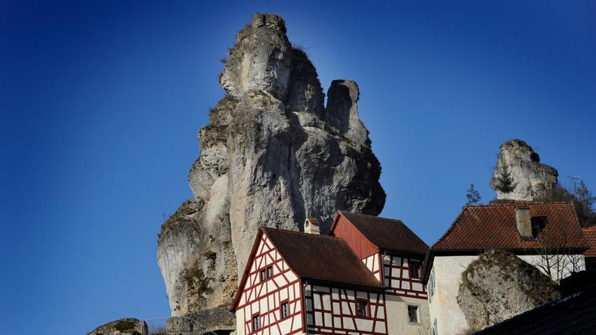 Und sollte es doch mal regnen: Das Fränkische Schweiz Museum in Tüchersfeld gibt Einblicke in alle Facetten der Fränkischen. Von der Erdgeschichte über die Landwirtschaft bis hin zu den Trachten bekommt man dort Informationen. Davor oder danach lohnt sich ein kleiner Ausflug auf die Felstürme hinter dem Museum.