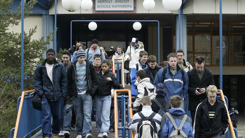 Die Bertolt-Brecht-Schule Nürnberg (BBS) wurde 1975 als Gesamtschule Nürnberg-Langwasser gegründet. Derzeit ist die BBS ein kooperatives Schulzentrum mit offener Ganztagsschule, in dem ein städtisches Gymnasium, eine städtische Realschule und eine staatliche Mittelschule unter einem Dach zusammenarbeiten. Zur Homepage der Bertolt-Brecht-Schule.