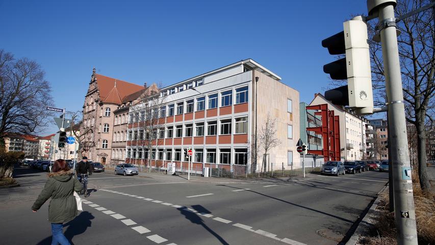Das Labenwolf-Gymnasium führt sich auf das 1842 eröffnete Portsche Institut zurück, das 1898 mit der Höheren Töchterschule zur