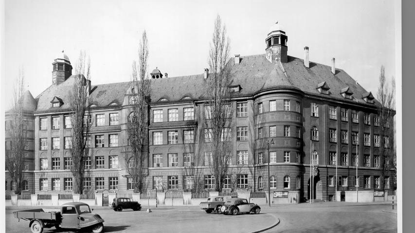 Am 17. September 1952 begann der Unterricht an der Gewerberealschule am Bielingplatz 2, die 1914 gebaut worden war. 1965 wurde sie in Peter-Vischer-Realschule umbenannt. 1969, wurde ein Städtisches Gymnasium mit einem mathematisch-naturwissenschaftlich und einem neusprachlichen Zweig an die Schule angeschlossen. Von da an hieß die in St. Johannis gelegene Bildungseinrichtung Peter-Vischer-Schule. Zur Homepage der Peter-Vischer-Schule.