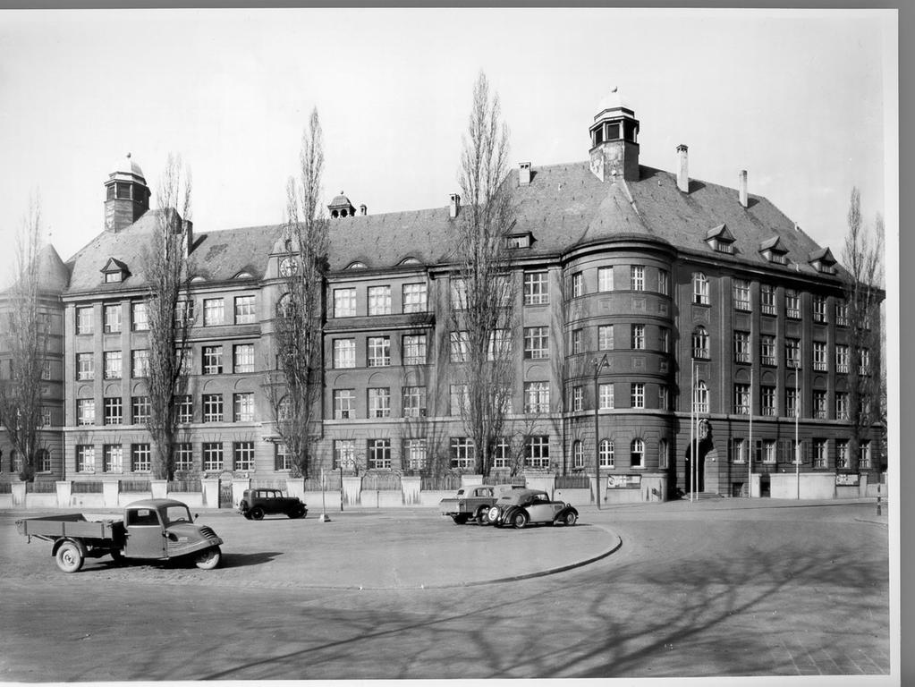 Bevor die nach dem Nürnberger Künstler und Rotschmied Peter Vischer benannte Schule in dieses Gebäude einziehen konnte, diente es unter anderem als Notlazarett, Gericht und Ämtergebäude. Foto: oh..