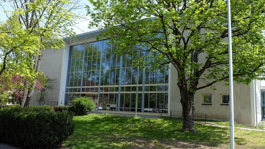 1823 wurde das heutige Sigena-Gymnasium als weiterführende Schule für Mädchen gegründet. Heute ist die Schule in Gibitzenhof ein städtisches mathematisch-naturwissenschaftliches, neusprachliches und sozialwissenschaftliches Gymnasium für Jungen und Mädchen.  Zur Homepage des Sigena-Gymnasiums.