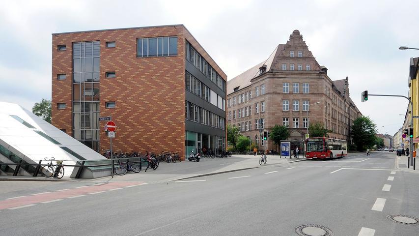 Das staatliche Hans-Sachs-Gymnasium (HSG) wurde 1903 als königliche Kreis-Realschule II gegründet. Es befindet sich unweit der Altstadt im Stadtteil Maxfeld. Eine besondere Stellung gegenüber benachbarten Gymnasien hat das HSG durch seinen bilingualen Zweig, in dem einzelne Fächer wie Geschichte oder Erdkunde auf Englisch unterrichtet werden.  Zur Homepage des Hans-Sachs-Gymnasiums.