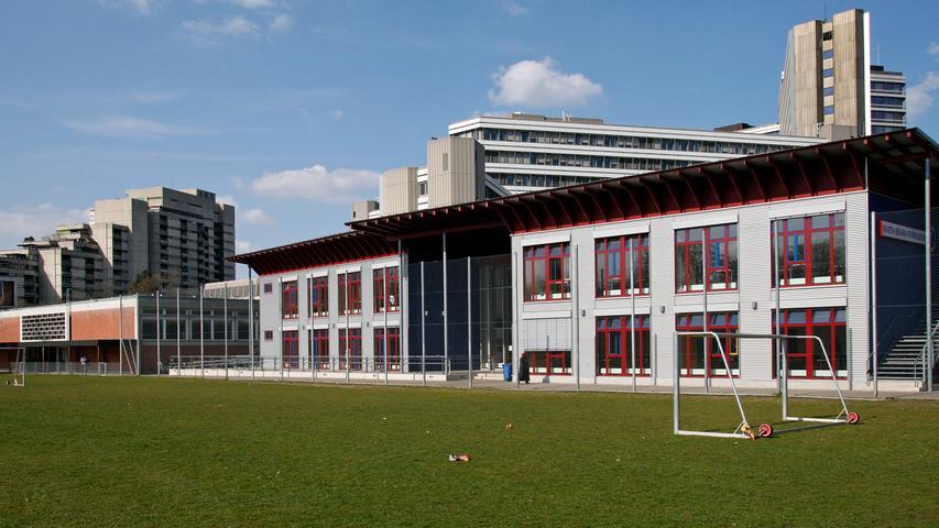 Das Martin-Behaim-Gymnasium ist ein staatliches naturwissenschaftlich-technologisches und sprachliches Gymnasium im Nürnberger Stadtteil Gleißhammer. Die Bildungsstätte wurde 1918 gegründet. 1978 begann die ehemalige reine Jungenschule mit der Aufnahme von Mädchen in den Unterricht.  Zur Homepage des Martin-Behaim-Gymnasiums.