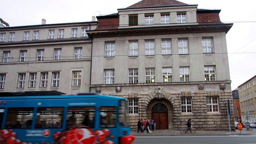Das Melanchthon-Gymnasium Nürnberg ist ein staatliches humanistisches Gymnasium im Stadtteil Gärten bei Wöhrd. Es ist eine der letzten Schulen in Bayern, die ausschließlich den humanistischen Zweig, sprich Latein als erste, Englisch als zweite und Altgriechisch als dritte Fremdsprache anbietet. Gegründet wurde die Schule im Jahr 1526.  Zur Homepage des Melanchthon-Gymnasiums.