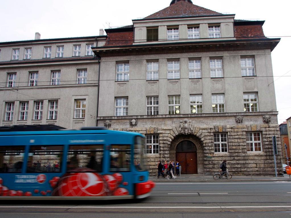 ANZEIGER FOTO: Eduard Weigert DATUM: 11.1.12..Gilt Tempo-30 vor Schulen auch für Straßenbahnen?..Linie 8 Sulzbacher Straße Melanchthon Gymnasium
