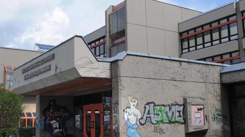 Das Sigmund-Schuckert-Gymnasium ist ein staatliches Gymnasium im Stadtteil Röthenbach bei Schweinau mit naturwissenschaftlich-technologischem und sprachlichem Zweig und wurde 1973 gegründet. Das Gymnasium ist zusammen mit der Peter-Henlein-Realschule im Schulzentrum Südwest untergebracht.  Zur Homepage des Sigmund-Schuckert-Gymnasiums.