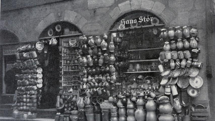 Der Laden in der Hans-Sachs-Gasse verkaufte früher Töpferwaren. In der Nacht des 3. Oktober 1944 zerstörte eine Bombe das Gebäude in der Hans-Sachs-Gasse 5. Tote und Verletzte gab es glücklicherweise nicht, nur Hunderttausende Scherben und einen Nachttopf, der erstaunlicherweise heil geblieben war. Weil niemand in Kriegszeiten ein Haus wieder aufbauen wollte, blieb der zerstörte Töpferladen eine Ruine. Doch das blieb nicht so.