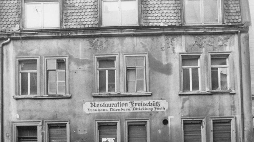 Warum kauft man ein Haus mit einer Gaststätte und lässt es dann 40 Jahre leerstehen? Gisela G. und ihr Mann Herbert haben das getan. Niemand kann sie mehr fragen. Die Nürnberger sind schon verstorben. Bereits zu Lebzeiten wichen sie einer Antwort aus. Die G.s galten in der Nachbarschaft als schwierige Leute.  Bis in die 60er Jahre hatten im