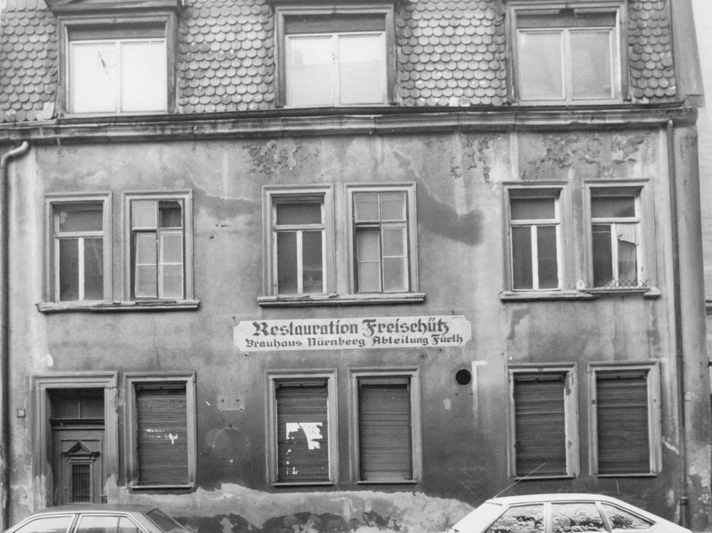 FOTO: NN/ Reinhard Kemmether, veröff. in NN v. 23.2.1981 (?) oder / und NW-Anz. v. 5.4.1981; historisch; 1980er...MOTIV: Außenansicht Altbau; Gebäude Kirschgartenstraße 39; ehemalige Restauration Freischütz...Kontext: 30 leere Häuser angezeigt...BU: Dem Besitzer dieses seit längerer Zeit leerstehenden Hauses in Johannis (Kirschgartenstraße 39) droht ein Bußgeldverfahren wegen zweckentfremdung von WOhnraum: anhand von Hinweisen aus der Bevölkerung auf leerstehende Anwesen in der Stadt, deren Eigentümer von Snierung nichts wissen wollen, prüft das Amt für Wohnungswesen in 30 Fällen die rechtliche Situation. Drei Verfahren wurden bereits eingeleitet. ein Bußgeldbescheid schon verhängt. Die Aktivität der Beobachter stößt bei den betroffenen Hausbesitzern auf Kritik: Sie fühlen sich denunziert.
