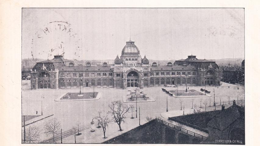 Was hat sich Nürnbergs Nahverkehrszentrum gewandelt. Kurz nach 1900 konnte man in den vornehmen Bahnhofsläden vor allem Tabak, Pralinen und Reiselektüre kaufen. Im erlesenen Jugendstilsaal nahmen Fahrgäste und Einheimische Ochsenmaulsalat und Roastbeef zu sich. Durch die hohen Hallen flanierten Menschen und bestaunten die Architektur.Es gab viel zu sehen im Hauptbahnhof, der 1906 nach sechs Jahren Bauzeit eröffnet wurde. Um den Verkehr während der Arbeiten aufrechtzuerhalten, legten die Planer den neuen Bahnhof kurzerhand um das Gebäude des alten. Als der Neubau so weit funktionstüchtig war, konnte das Vorgängergebäude abgerissen werden. Auf einem Areal von 10.180 Quadratmetern erstreckte sich nun das neue dreiflügelige Empfangsgebäude im Neo-Renaissance-Stil – der alte Centralbahnhof an derselben Stelle hatte es nur auf knapp ein Fünftel der Fläche gebracht.